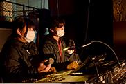 ステージ上の学生とコミュニケーションを取りながら、サウンドを調整するコンサートPAコースの学生。