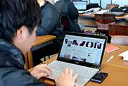 コンサート・イベント科 19期のTwitter公式アカウントを更新するコンサート制作コースの学生。