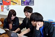 ライブ当日に向けたミーティングをするイベント企画コースの学生。