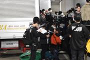 搬入前に打ち合わせを行う学生たち。