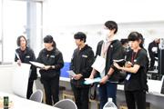 アーティストと変更事項などの打ち合わせを行う学生スタッフ。