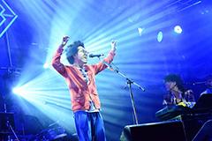 「FUJI ROCK FESTIVAL '15」のFIELD OF HEAVENで7月24日に行われたハナレグミのステージにRADWIMPS・野田洋次郎がゲスト出演したときの様子。(ライブ写真撮影 / 久保憲治)