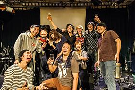 2012年8月に行われた「hello!橋口のHGYM Too Shy Shyワンマンコンサート」ライブ後の集合写真。(撮影:タカハシアキラ)