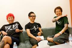 左から難波章浩(Vo, B)、恒岡章(Dr)、横山健(G, Vo)。