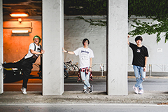 左からTack朗(G, Vo / ヒステリックパニック)、とも(Vo / ヒステリックパニック)、小林'KICHIKU'辰也(Vo, B / BACK LIFT)。