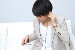 JVC HA-FX99XのサウンドをチェックするDJ松永。