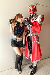 安田奈央と仮面ライダーウィザード フレイムドラゴン(C)石森プロ・テレビ朝日・ADK・東映
