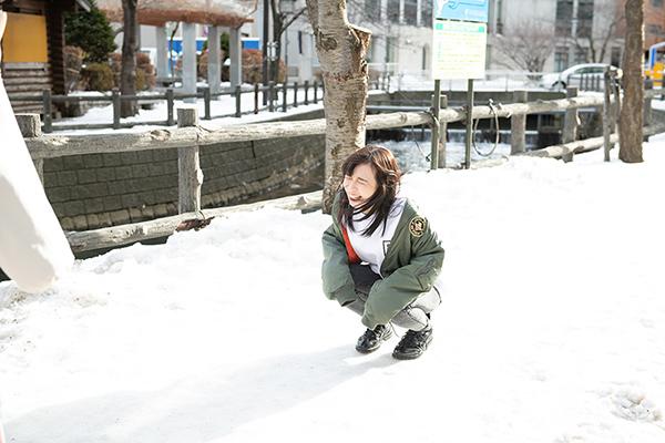 薄着で外に出てしまい凍える一ノ瀬みか。
