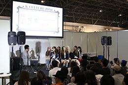 「KCON 2017 JAPAN」コンベンションエリアでトークするCLC。