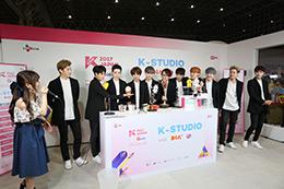 「KCON 2017 JAPAN」コンベンションエリアでトークするApeace。