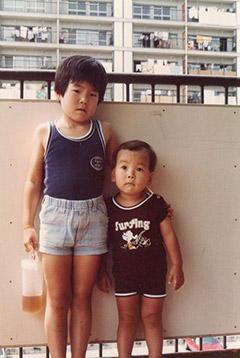 幼き頃の辻村兄弟。左より豪文、友晴。