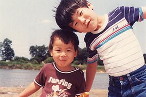 幼き頃の辻村兄弟。左より友晴、豪文。