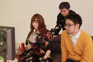 カットがかかると、すぐさま田向潤監督、まいこ先生とともにモニタチェックへ。