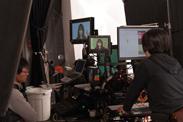 撮影ブースの外では、CG加工担当のスタッフが厳しくモニタを見つめる。