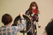 撮影中盤に入り、拡声器や送風機といった小道具が投入される。