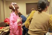 ピンク色の着物に着替えるきゃりー。子
