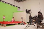 着物姿にあわせて赤い床のセットも用意。