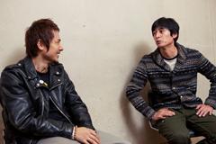 左から横山健、博多大吉。