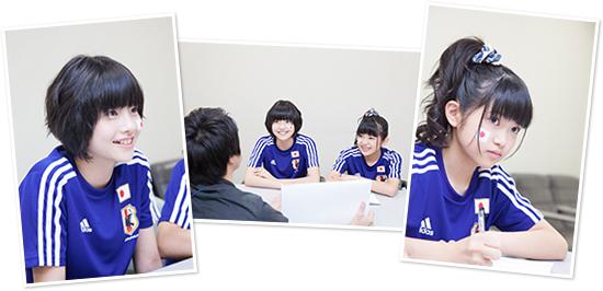 サッカーについてレクチャーを受ける倉島颯良(左)、大賀咲希(右)。