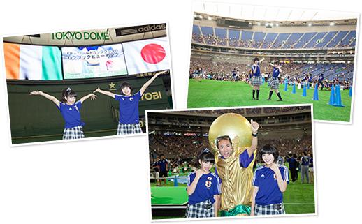 (左上、右上)グラウンドで記念撮影する大賀咲希、倉島颯良。(右下)ワールドカップの優勝トロフィーに扮したサッカーファンと記念撮影する大賀咲希、倉島颯良。