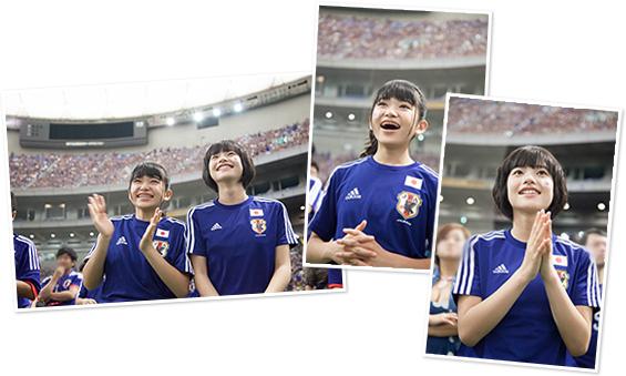 日本代表のプレイを見守る大賀咲希(左)、倉島颯良(右)。