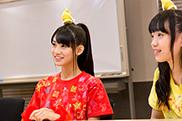 スタッフの説明を受ける秋本帆華(左)と伊藤千由李(右)。