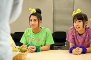坂本遥奈(左)と大黒柚姫(右)も真剣な表情で話を聞く。