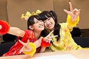 じゃれる秋本帆華(左)と伊藤千由李(右)。