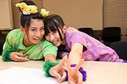 じゃれる坂本遥奈(左)と大黒柚姫(右)。