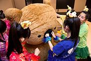 マーチくんの鼻をグイグイ押す咲良菜緒(青)。