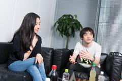 左から坂本真綾、小山田圭吾。