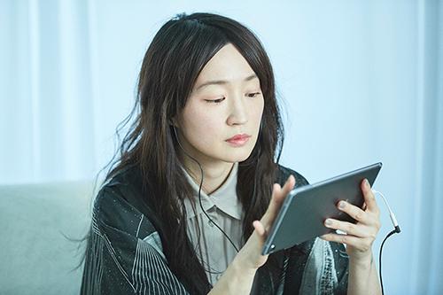 HUAWEI MediaPad M5 Proを操作する安藤裕子。