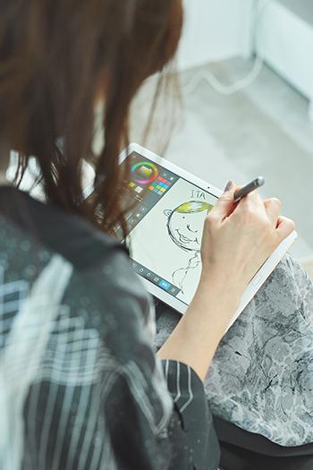 絵を描く安藤裕子。