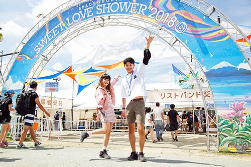 「SPACE SHOWER SWEET LOVE SHOWER 2018」の入り口でポーズを決める狩野絹成と菅沼ゆり。