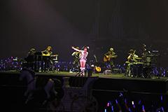 センターステージで行われたCherry Boysとのアコースティックライブの様子(撮影:上飯坂一)。