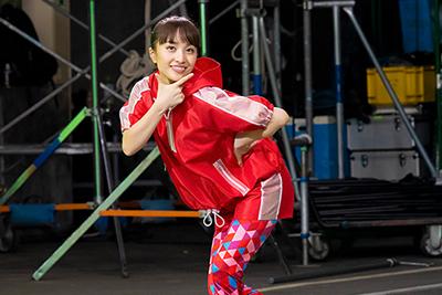 カメラに向かってポーズを決める百田夏菜子。