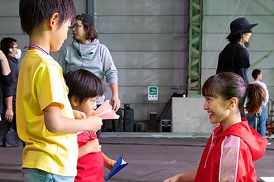 エキストラの子供と話す百田夏菜子。