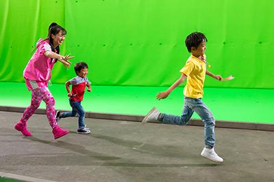 エキストラの子供と遊ぶ佐々木彩夏。