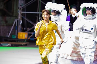 宇宙飛行士と走る玉井詩織。