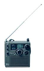 中野テルヲの音楽に欠かせない存在となっているポータブルラジオ、スカイセンサーICF-5900。中野はこのマシンを楽器のように操り、電波受信時に発するノイズをサウンドに取り入れている。