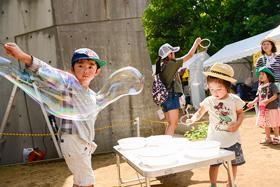 2017年7月に埼玉・所沢航空記念公園野外ステージで行われた「夏びらきMUSIC FESTIVAL'17」の、キッズ&ファミリーエリアの様子。
