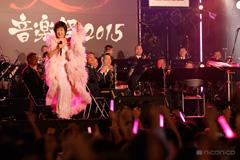 小林幸子と陸上自衛隊中央音楽隊。
