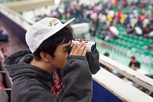 ACULON T11 8-24x25で会場の様子を眺めるヒャダイン。