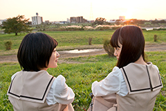 写真左から生駒里奈、堀未央奈。
