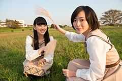 写真左から堀未央奈、生駒里奈。