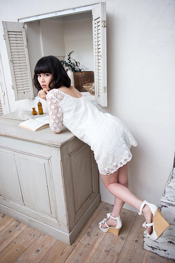 白いワンピース姿でお尻を突き出している生田絵梨花