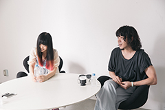 左から大森靖子、峯田和伸。