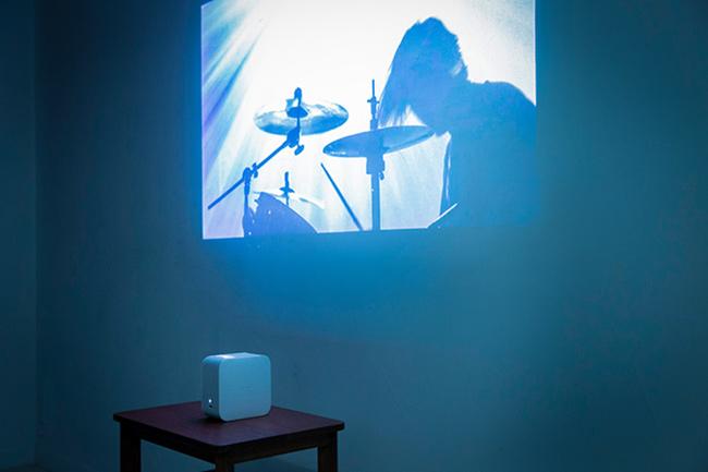 「LSPX-P1」で「illusions」のミュージックビデオを投影中の様子。