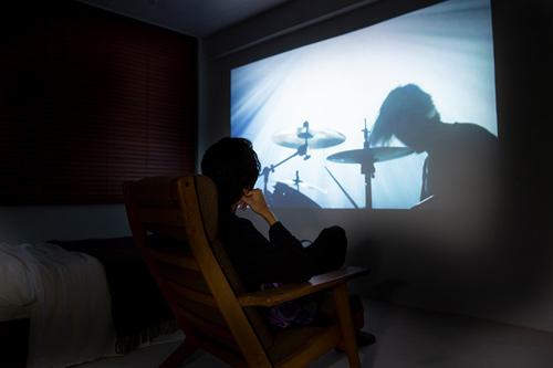 「LSPX-P1」で「illusions」のミュージックビデオを視聴する金子ノブアキ。