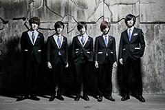 左から柴崎洋輔(Key)、新保恵大(Dr)、生田鷹司(Vo)、神田ジョン(G)、堀江晶太(B)。